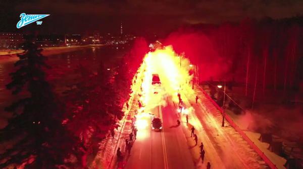 Fanii lui Zenit au APRINS calea echipei pe sosea inaintea meciului cu Fenerbahce. VIDEO INCENDIAR
