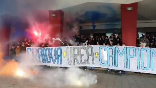 PLANETA CRAIOVA! Imagini din alta lume: suporterii au condus echipa la gara, au cantat si au afisat un banner special inainte de plecarea la Bucuresti // VIDEO