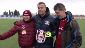 Faza zilei la meciul Rapidului: Pancu a primit un cadou de la Brigada Alcoolica Rapid :) VIDEO