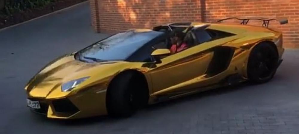 Ce-i mai trebuie Gheata de Aur, cand are deja Lamborghini de aur?! :) Starul care si-a placat bolidul cu foita de aur are in garaj masini de 2.000.000 euro. FOTO