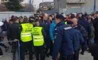SCANDAL URIAS la meciul Rapidului din Liga 3! Fanii darama gardurile pentru ca nu sunt lasati sa intre pe stadion | FOTO IREAL