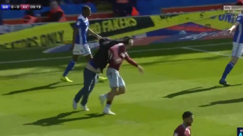 VIDEO Incident socant in Anglia: un suporter a intrat pe teren si i-a dat un pumn in fata unui fotbalist! Episodul Galamaz, reeditat