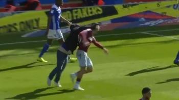 Fanul care a intrat pe teren si a lovit un jucator si-a aflat pedeapsa! Cat va sta dupa gratii dupa ce a atacat un fotbalist de la Aston Villa