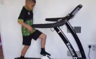 Clipul devenit viral pe internet! Ce face un copil cu o minge de fotbal pe o banda de alergat este incredibil