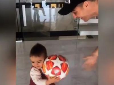 Ronaldo a luat mingea de la meciul cu Atletico si a dus-o acasa! VIDEO: Ce a facut cu ea