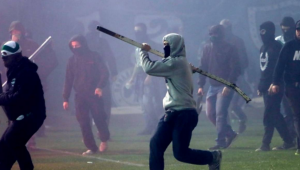 Incidente incredibile in Grecia la derby-ul dintre Panathinaikos si Olympiacos! Fanii au INVADAT terenul, partida a fost ABANDONATA! Ce s-a intamplat