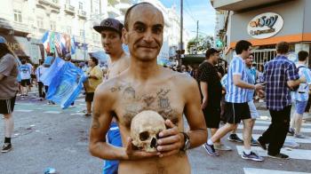 """Pana la moarte si dincolo de ea! Imagine uluitoare in Argentina, la sarbatoarea de titlu a lui Racing! Un suporter a venit cu un craniu la meci: """"E al bunicului meu"""""""