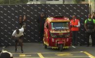 Bolt vs TUK TUK. Intrecere nebuna cu cel mai RAPID om de pe planeta. Cine a castigat. VIDEO