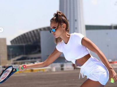 BOMBA SEXY cu 1,5 milioane de urmaritori pe Instagram s-a apucat de tenis! Imagini spectaculoase de la antrenamentul inedit