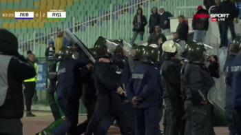 FILMUL COMPLET! Scene SOCANTE in Bulgaria: Moti, la un pas sa fie LINSAT de ultrasi! A plecat la vestiare sub SCUTURILE politiei! Un fan a RUPT acoperisul tunelului ca sa-l loveasca