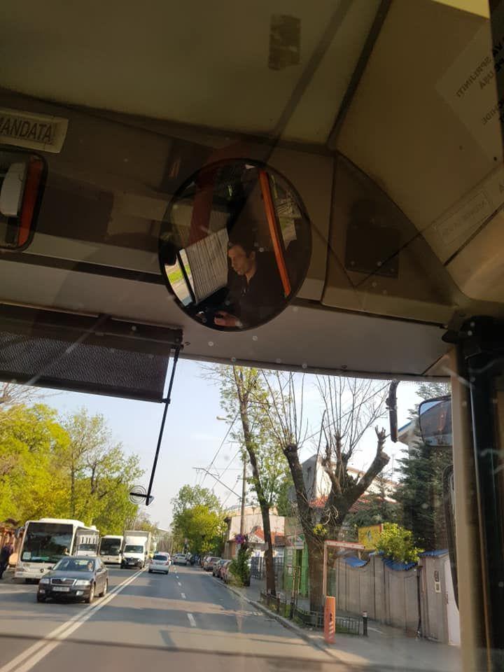Ce facea un sofer STB in timp ce conducea troleibuzul. Imaginile revoltatoare postate pe net. VIDEO
