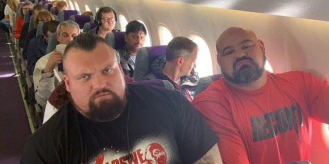 GENIAL! Ce s-a intamplat cu 2 COLOSI dupa ce femeia de la check-in i-a asezat unul langa celalalt in avion :))