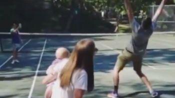 Cum descoperi daca ai baiat sau fata! :)) John Isner a fost surprins de sotia sa la antrenament! Cum a reactionat | VIDEO