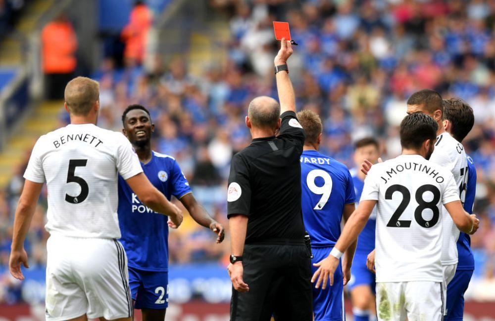 A dat 100 de cartonase rosii in Premier League si a innebunit pentru echipa favorita! Arbitrul care a facut senzatie in tribuna! Cum s-a bucurat   VIDEO