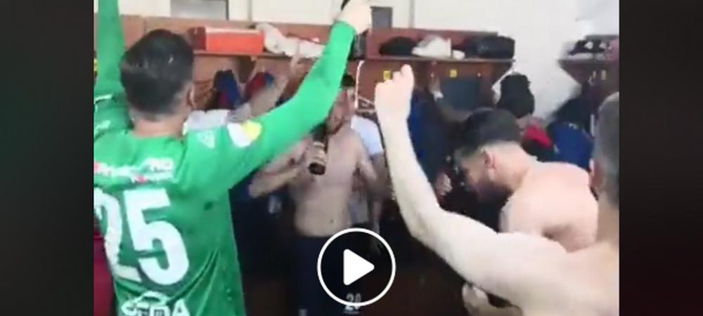 """Liga 1, uita-te, Chindia se apropie!"" Party cu manele si bere in vestiarul echipei dupa victoria care o duce la 1 punct de promovare! Viorel Moldovan a facut SHOW! VIDEO"