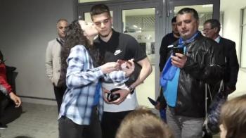VIDEO: Momentul in care Ianis este pupat de o fana a Craiovei! Cum a reactionat :)
