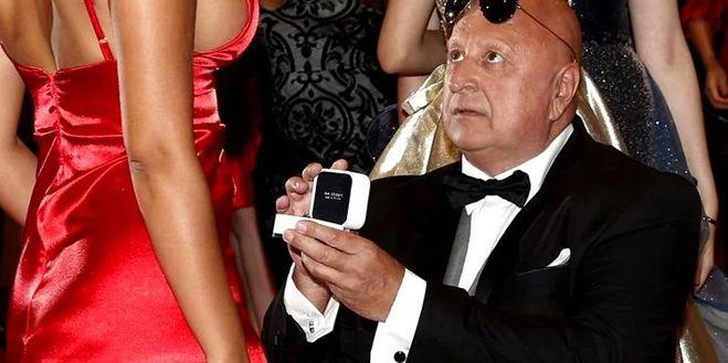 Cum arată tânăra de 25 de ani pe care milionarul din imagine (65 de ani) a cerut-o de soție la Cannes