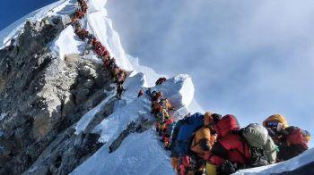 """Ce s-a intamplat dupa ce zeci de persoane au ramas blocate """"in trafic"""" pe Everest, la 8700 de metri altitudine!"""