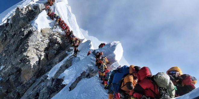 Ce s-a intamplat dupa ce zeci de persoane au ramas blocate  in trafic  pe Everest, la 8700 de metri altitudine!