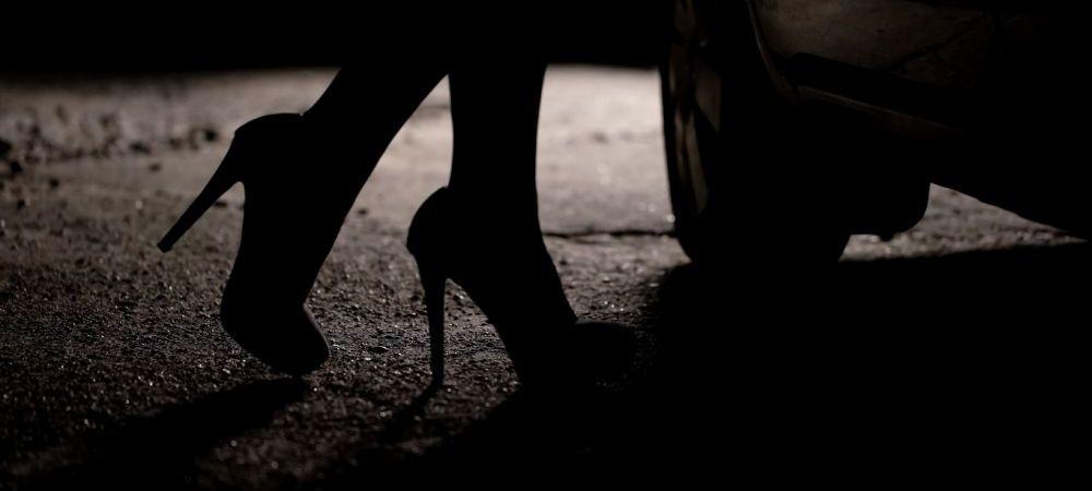 Nu e gluma! Sotia unui fotbalist celebru a fost prinsa in timp ce facea sex in public cu un politist! Acesta a fost arestat de colegii sai