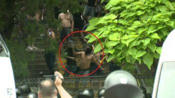 A fost prapad la meciul de promovare in Liga a 3-a! Suporterii de la CSA Steaua s-au luat la bataie cu jandarmii! Au aruncat cu borduri si toalete | FOTO