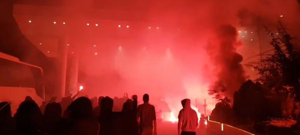 """Fanii lui Dinamo au luat cu asalt hotelul lui Ionut Negoita! Au dat foc la gazon si au scandat impotriva patronului! """"Plecati cu totii! Dinamo nu e o afacere!"""""""
