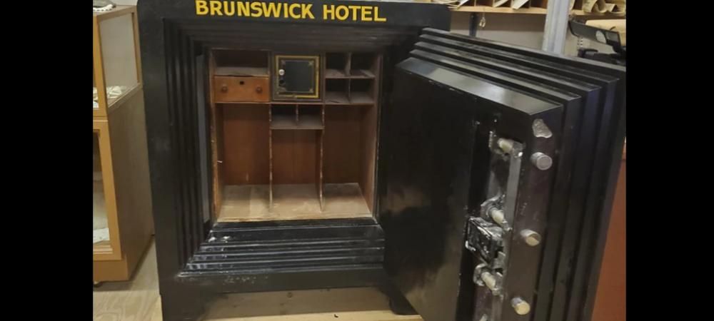 """GENIAL! Un turist a deschis """"din greseala"""" un seif inchis din 1907. Ce a gasit inauntru"""