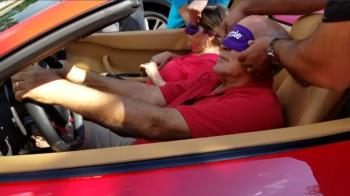 """Reactia acestor batrani cand se """"trezesc"""" intr-un Ferrari. Ce face bunicul cand afla ca masina e a lui - VIDEO"""