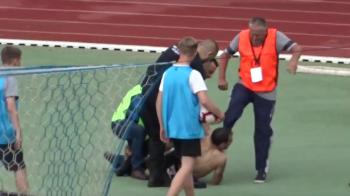 Atentie, imagini cu puternic impact emotional! VIDEO SOCANT: suporterul care a intrat in teren, lovit cu piciorul in fata de un steward!!!