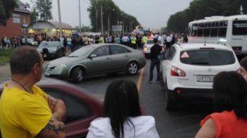 Revolta pe locuitorii unui sat! Sute de persoane s-au batut cu clanul de romi care teroriza zona