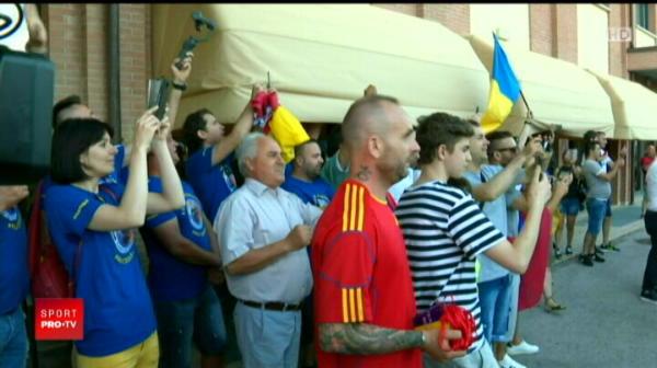 Echipa nationala U21 a ajuns la hotel si a fost asteptata de fani. Radoi s-a fotografiat cu suporterii. VIDEO