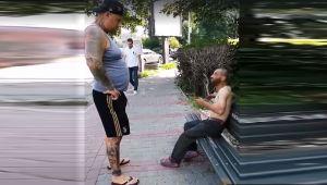 Ce i-a facut tanarul tatuat din imagine unui cersetor pe care l-a vazut la bustul gol, pe o banca din Iasi