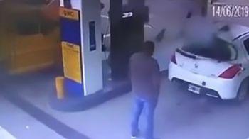 Descoperire incredibila in portbagajul unei masini care a EXPLODAT in benzinarie. VIDEO