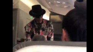 """""""Iti dau 1.000 de dolari, lasa-ma sa stau aici!"""" A incercat sa cumpere un nou loc in avion! Un fan l-a recunoscut si a inceput sa filmeze"""
