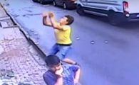 Momentul în care un adolescent salvează un copil de 2 ani căzut de la etaj. VIDEO