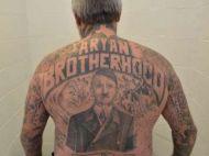 Cu ce se ocupa barbatul care il are pe Hitler tatuat mare pe spate!