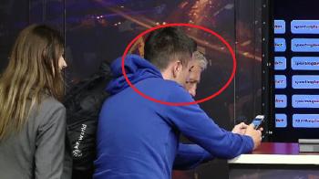 Reactia lui Dan Petrescu dupa ce a vazut pe telefon scena bataii de la Giurgiu :)