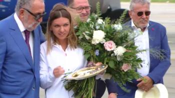 """Simona Halep a prezentat trofeul la Bucuresti! REGINA de la Wimbledon si-a anuntat noul obiectiv: """"Voi lupta pentru acest lucru! Sper sa am aceeasi forma ca in Anglia!"""""""