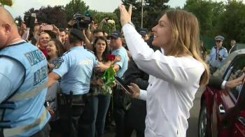 Momentul in care Simona Halep coboara din limuzina lui Tiriac ca sa salute fanii de la aeroport. VIDEO