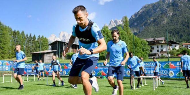FOTO | Palme peste spate si suturi in fund :) Cum a fost primit Stefan Radu la antrenamentele lui Lazio!  Ritualul  la care a fost supus romanul
