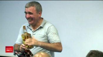 "Hagi a fost eliminat din Europa, dar un suporter a vrut sa-i dreaga amarul! Regele a primit o sticla de palinca: ""O pastrez ca trofeu!"""