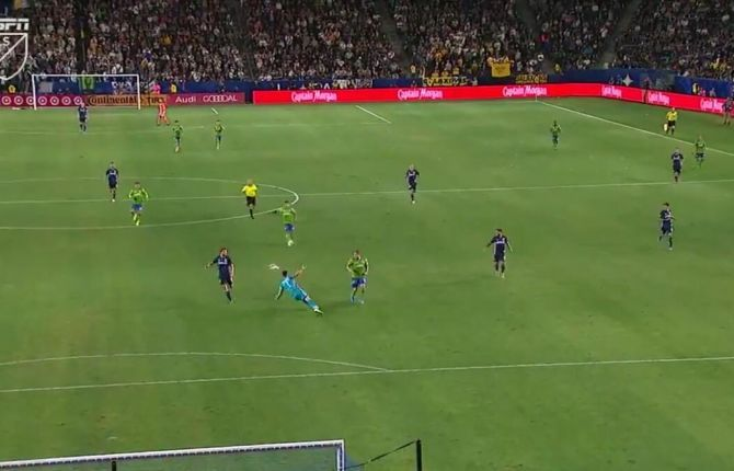 I-a ruinat dubla lui Ibrahimovic! Cel mai STUPID autogol din 2019 s-a marcat azi-noapte! Ce a putut sa faca portarul la o faza banala