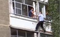 Un tata a amenintat ca-si arunca bebelusul de la balcon. Reactia politiei. VIDEO