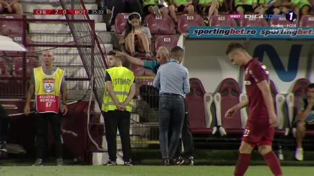 Petrescu, PUS CU MANA pe banca de BODYGUARDUL personal! :)) MOMENT FABULOS pe teren chiar inainte de gol