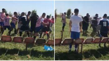 BATAIE INCREDIBILA la un meci din Romania! Jucatorii, staff-ul si spectatorii si-au impartit pumni si picioare pe teren! VIDEO