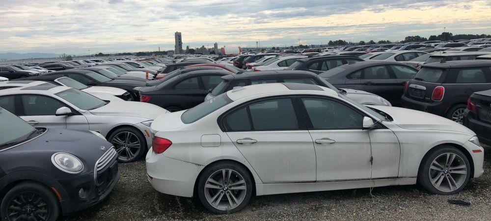 Campul cu peste 3000 de BMW-uri noi abandonate! Motivul pentru care masinile ruginesc de ani de zile. FOTO