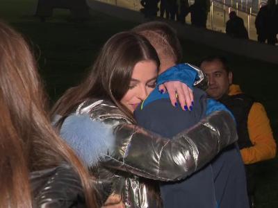 A uitat IMEDIAT ca ne-a batut Suedia! :) Puscas, pierdut in bratele iubitei superbe! Cine l-a asteptat in fata stadionului