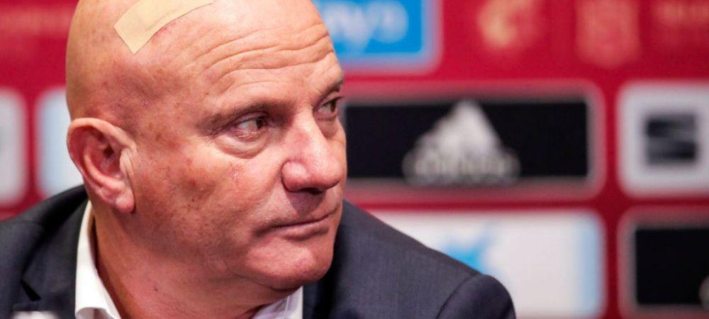 NU ISI MAI AMINTESTE NIMIC! Antrenorul Maltei s-a lovit la cap in timpul meciului cu Spania si si-a pierdut cunostinta