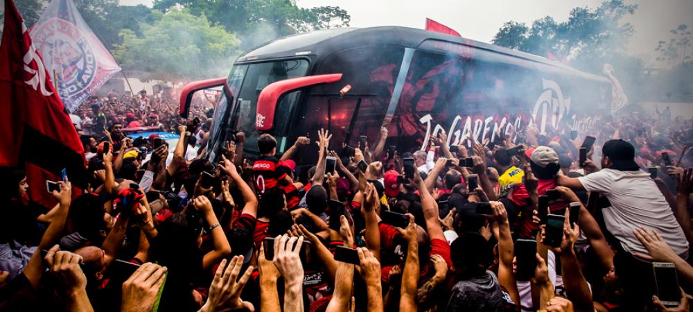 SENZATIONAL! Fanii i-au condus PE JOS pe cei de la FLAMENGO la aeroport! Imagini incredibile cu autocarul inconjurat de mii de fani. VIDEO