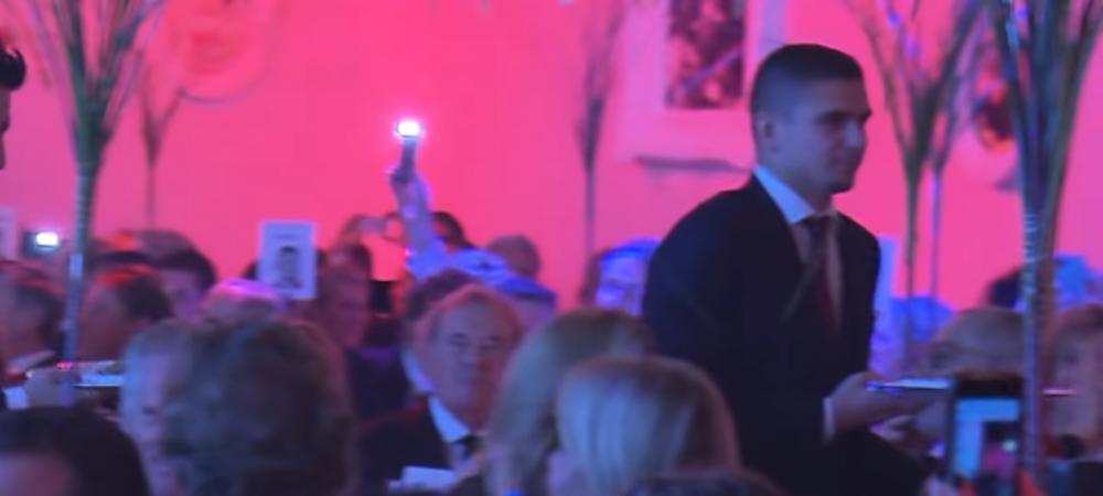 Razvan Marin, pe post de ospatar! :) Mijlocasul lui Ajax, intr-o postura inedita! Cum a fost surprins jucatorul in cadrul unui eveniment
